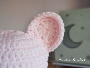Gorrito orejitas rosa bebé lana acrílica detalle